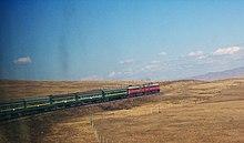 Поезд трансмонгольской железной дороги в пустыне Гоби.