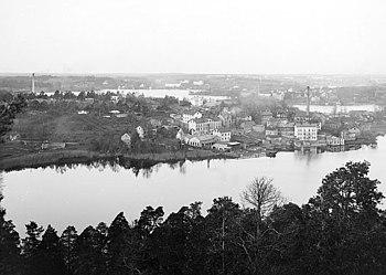 Panorama fra Nybohovbjerget med søen Trekanten nedenfor omkring år 1900 og i september 2010.   På det venstre billede ses industriområdet Nynäs ved søstrandens nordlige side.   På den højre side skimter Anticimex æggehvide kontorkomplekser igennem grønt.