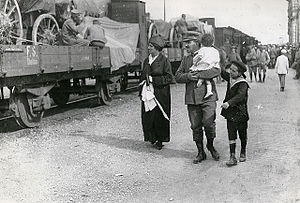Military railways - Italian military accompanied by his wife and two sons to the military railways, during World War I.