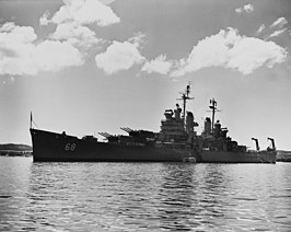 De Baltimore voor anker in Guantánamo Bay, Cuba op 22 september 1954