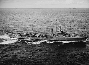 USS Morris (DD-417) underway at sea on 6 December 1943 (NH 107277)