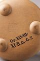 Undersida av tekanna med stämpel och inventarienummer. Yixing, Kina - Hallwylska museet - 95940.tif