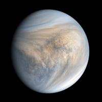 Atmosféra Venuše vypadá tmavší a lemovaná stíny.  Stíny sledují převládající směr větru.