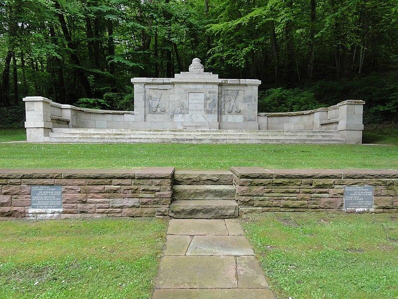 Veslud (Aisne) Cimetière militaire allemande: Le monument de la 50ème division d'infanterie, monument historique