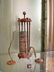 Вольтов столб, состоящий из металлических дисков, разделенных кружками мокрой ткани.