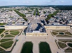 Versailles vue du ciel, avec au centre, son château, ses trois grandes avenues, séparant les deux quartiers historiques de la ville que sont ceux de Notre-Dame et Saint-Louis.