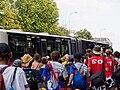 WUCC 2010, Strahov, nástup na bus, zezadu.jpg