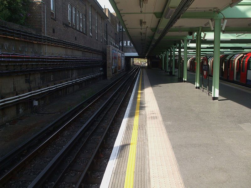 File:White City stn eastbound look west.JPG