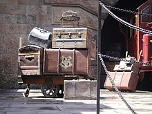 220px-Wizarding_World_of_Harry_Potter_-_luggage_unloaded_from_the_Hogwarts_Express_%285013545173%29 dans LCR - NPA