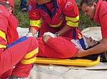 ZZS MSK, záchranáři, zajištění krční páteře a transport na scoop rámu (09).jpg