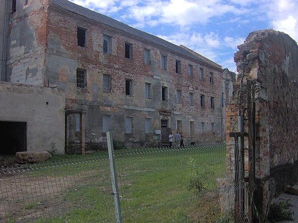 Nowożytny budynek powięzienny stojący przy zamku w Ełku. Fot. Michalbor, lic. CC-BY-SA-3.0, źródło: Wikimedia Commons.