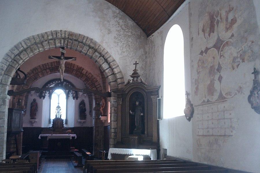 Église Saint-Pierre du Mesnil-Aubert église du XIIIe siècle, en grande partie romane avec de remarquables peintures murales