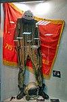 Высотно-компенсирующий костюм на фоне Боевого знамени 715-го учебного авиационного полка.jpg
