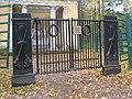Павловск. Памятник любезным родителям, ворота01.jpg