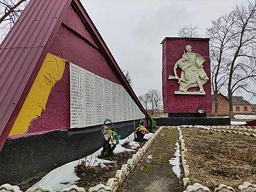 Пам'ятник воїнам односельчанам та стела з прізвищами загиблих односельчан.jpg
