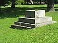 Стрельна. Постамент верстового столба близ Львовского дворца.jpg