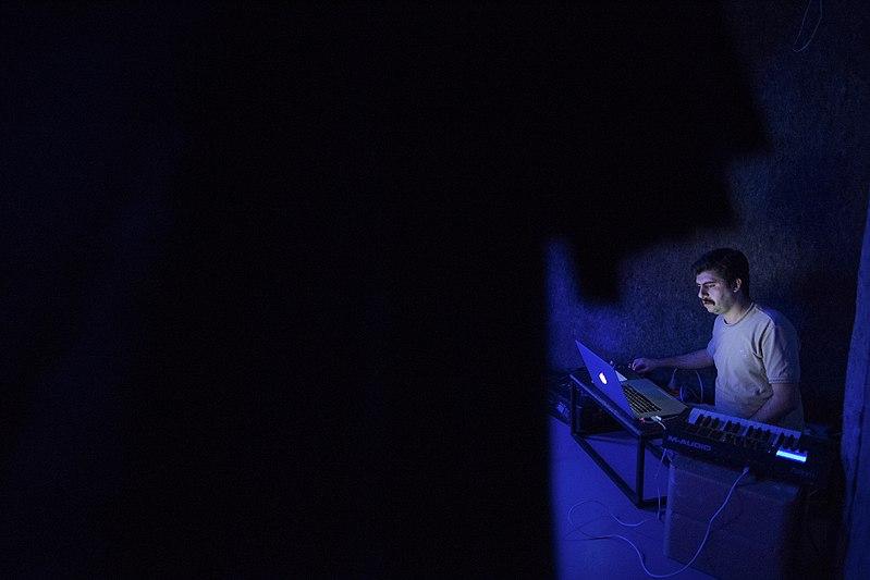 File:نمایش هملت در قم به کارگردانی علی علوی و گروه تئاتر گاراژ به روی صحنه رفت hamlet Garage Theater qom 23.jpg