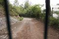 鯉魚門公園及度假村內通往海傍、被大閘鎖上的道路.png