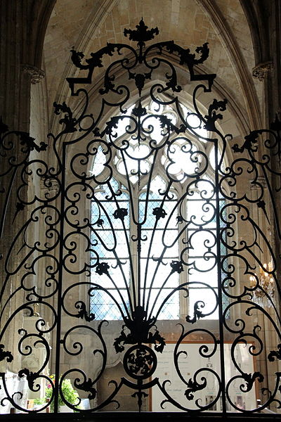 Grille en fer forgé d'une chapelle latérale de la cathédrale Notre-Dame de Noyon (Oise,  France).