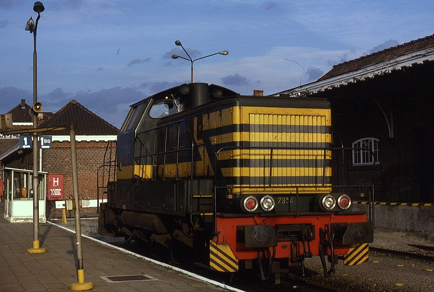 La locomotive de manoeuvre 7354 des chemins de fer belges au repos en gare de Mol