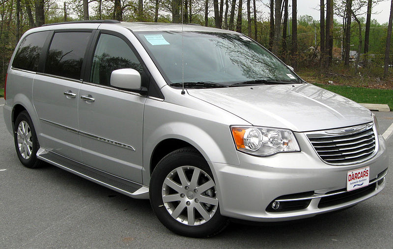 Archivo:2011 Chrysler Town & Country Touring - L -- 04-22-2011.jpg