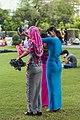 2016 Rangun, Park Maha Bandula, Kobiety w tradycyjnych strojach.jpg