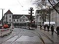 2017-12-10, Umbau des Verkehrsknotens am Siegesdenkmal in Freiburg, die Stadtbahn fährt wieder, im Hintergrund.jpg