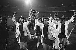 AC Milan against FC Magdeburg 0-2, final European Cup II spelers met beker, inventory number 927-1797.jpg