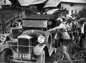 1925 Tour de France - Image: Aangereden door een auto Hit by a car