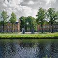Aanzicht over het water met schildwachthuisjes en ijzeren hek - Assen - 20349686 - RCE.jpg