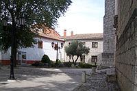 Aldeamayor de San Martin plaza delante de parroquia lou.jpg