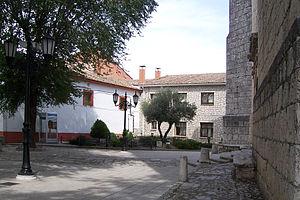 Aldeamayor de San Martín - Image: Aldeamayor de San Martin plaza delante de parroquia lou
