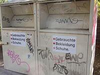 """Altkleider-Container, ohne Betreiberkennzeichnung, Schild: """"Gebrauchte Bekleidung Schuhe"""", Prägung linke Seite: """"PR"""", Aufkleber: """"Bei Reklamation: Mobil: 0151 / 53248320, e-mail: container.infoservice@gmail.com"""", Farbe: gelb"""