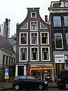 foto van Hoekhuis aan de regulierssteeg met ingezwenkte halsgevel waarvan het fronton is verdwenen