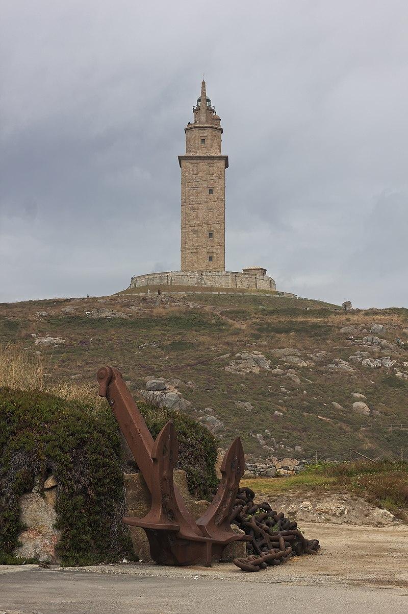 Ancla de Mar Egeo, en el Aquarium Finisterrae, en A Coruña, Galicia, España, con la torre de Hércules al fondo.
