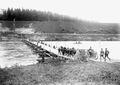 Artillerie beim Uebersetzen über die Ponton-Brücke - CH-BAR - 3239594.tif