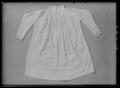 Barnskjorta, lintyg, som med största sannolikhet burits av drottning Kristina vid 2 års ålder - Livrustkammaren - 36111.tif