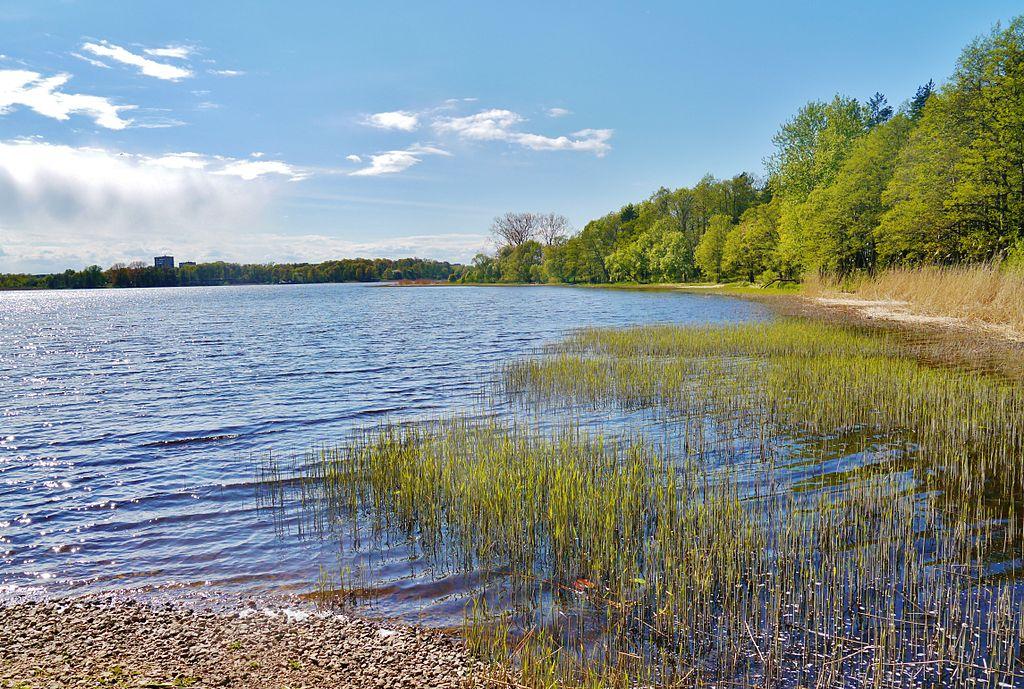 Musée ethnographique au bord du lac Juglas près de Riga. Photo de Zairon.