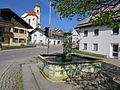 Bernbeuren - Füssener Str - Dorfbrunnen 1861 m Pfarrkirche.JPG