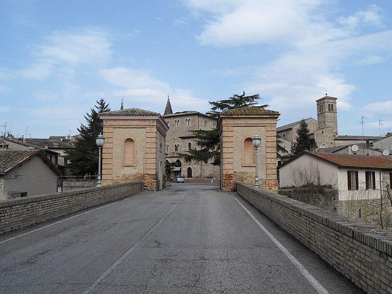 File:Bevagna - panoramio.jpg