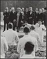 Bezoek van koningin Juliana en prins Bernhard aan de TH Twente. Links prof.dr. G, Bestanddeelnr 015-0779.jpg