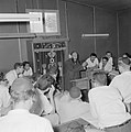Bijeenkomst in een jesjiva (Talmoedschool). Een rabbijn geeft uitleg aan de leer, Bestanddeelnr 255-3035.jpg