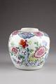 Blommig urna i porslin, gjord i Kina under Qing dynastin 1735-1795 - Hallwylska museet - 95651.tif