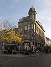 foto van Warenhuis nu restaurant met bovenwoningen en kantoren