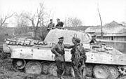 """Bundesarchiv Bild 101I-711-0427-04, Oberst Karl Lorenz vor Panzer V """"Panther"""""""