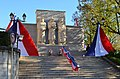 Cérémonie du 70e anniversaire du défilé du 11 novembre 1943 à Oyonnax - monument aux morts.JPG
