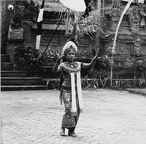 Rangda - Image: COLLECTIE TROPENMUSEUM De dienares van Rangda in een Barong en Krisdans in het voorhof van de dorpstempel T Mnr 20000309