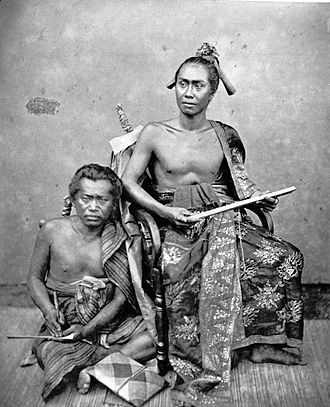 Buleleng Regency - Image: COLLECTIE TROPENMUSEUM Studioportret van Gusti Jilantik vorst van Buleleng met secretaris. T Mnr 60004267