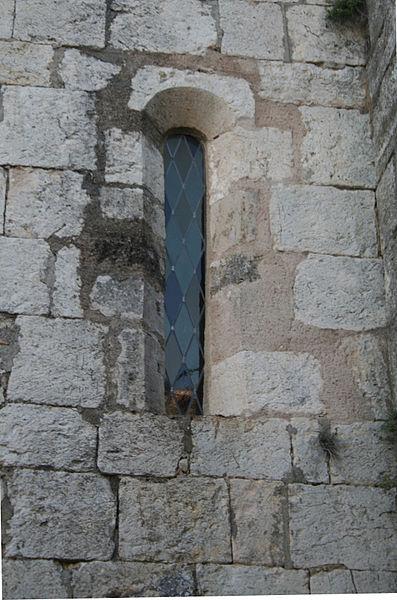 Aumelas (Hérault) - hameau de Cabrials - fenêtre de l'église St-Pierre-et-St-Paul (XIIe-XVIIIe siècles). Style roman.
