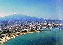 Catania, città natale di Carmen Consoli, con il vulcano Etna sullo sfondo. La città